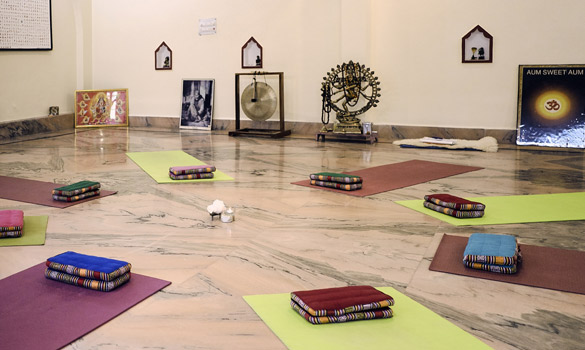 Yoga school patanjali rishikesh - teacher training hall